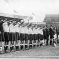 Deutsche Mannschaft mit Hitler-Gruß