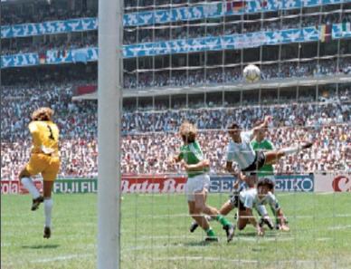Harald Schumacher fliegt im Finale gegen Argentinien an einem Ball vorbei - 1:0 für Argentinien./ wikimedia