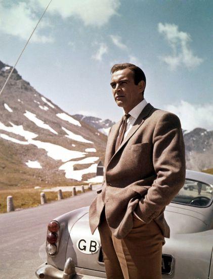 """Sean Connery vor seinem Aston Martin in """"Goldfinger"""""""