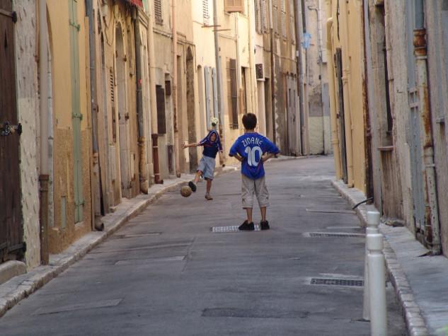 Kinder spielen mit Zidane-Trikot
