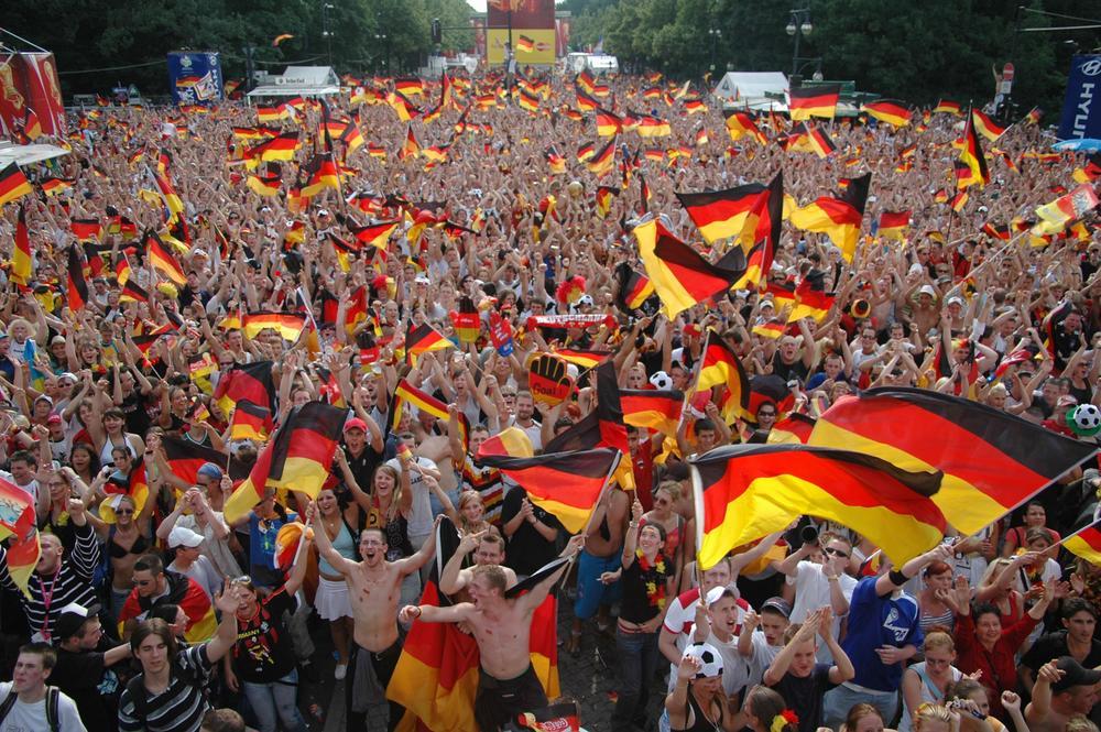 Deutschland-Fans mit Nationalfahnen