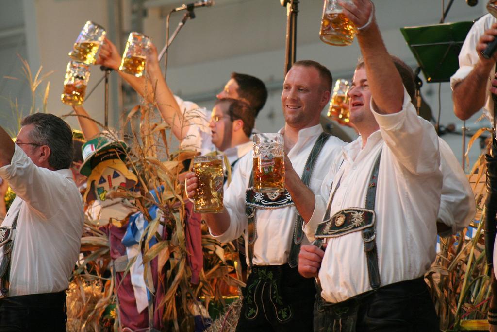 Biertrinker auf dem Oktoberfest