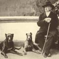 Bismarck mit seinen Hunden in Friedrichsruh