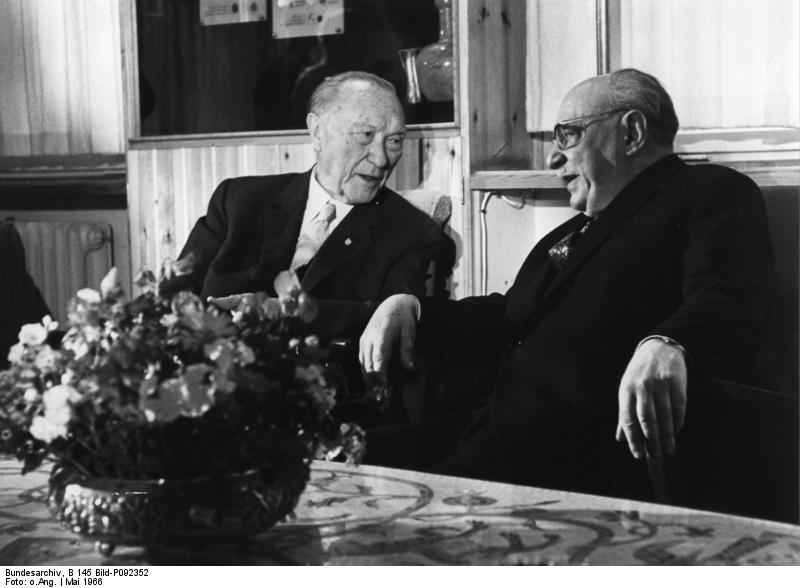 Adenauer (l.) im Gespräch mit dem isralischen Staatspräsidenten Schasar (r.) in Jerusalem.