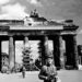 Sowjetischer Fotograf vor dem zerstörten Brandenburger Tor 1945
